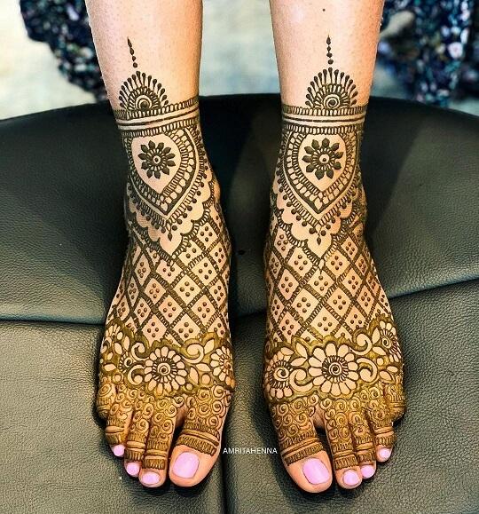 Simple Arabic Mehndi Design for Feet
