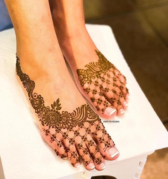 Beautiful Arabic Mehendi Design for Feet