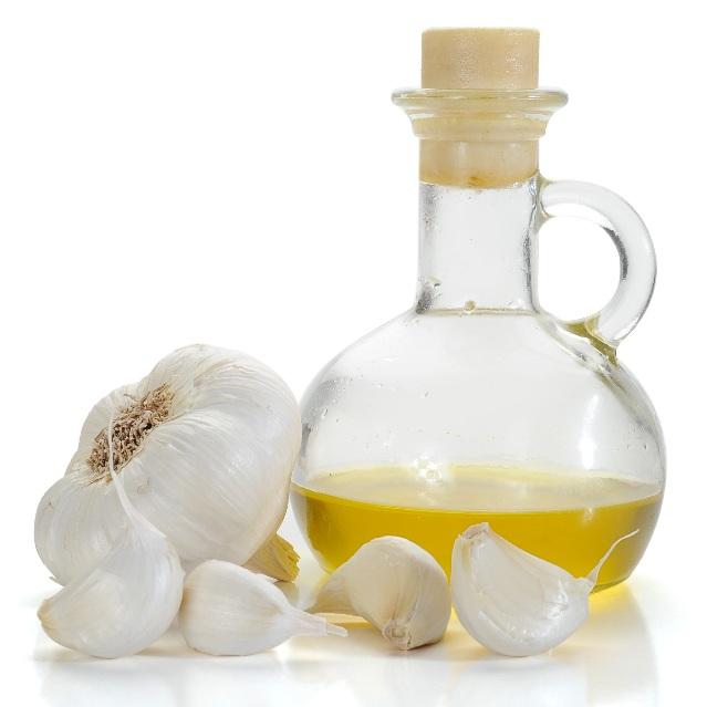 14 Wonderful Garlic Oil Benefits For Skin, Hair & Health