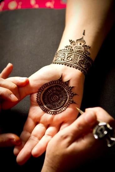 Stylish Circular Mehndi Pattern