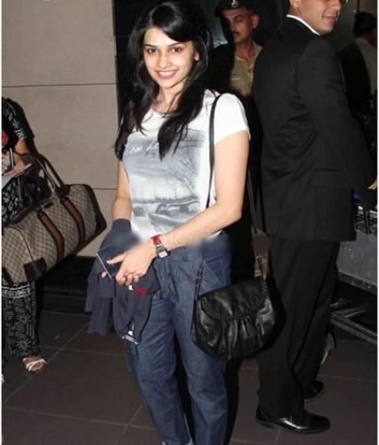Prachi Desai without makeup 9