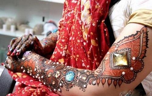 9 Beautiful and Trendy Stone Studded Mehndi Designs