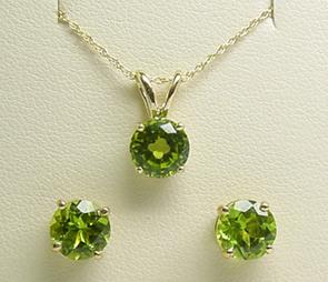 Peridot gemstone pendant set