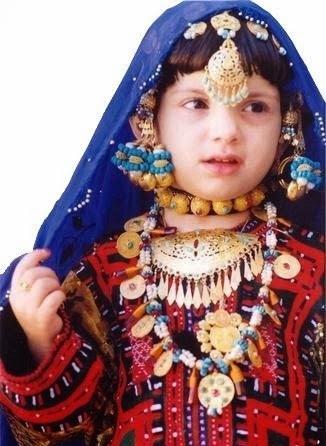 girl-in-oman-wearing-traditional-teeka-21